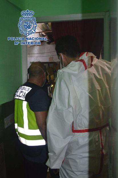 Agentes de la Policía Nacional trabajan para recuperar el cuerpo de María Isabel de la Rosa.