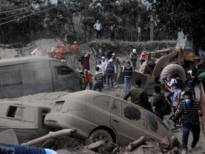 Nuevas explosiones en el volcán de Guatemala añaden miedo y tensión en la búsqueda. Los grupos de rescate luchan contra el reloj y las altas temperaturas para encontrar más personas con vida