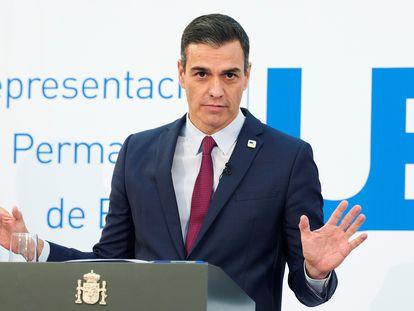 El presidente del Gobierno español, Pedro Sánchez, da una rueda de prensa en el ámbito de la segunda jornada de la cumbre de los jefes de Estado y Gobierno de la Unión Europea, este viernes, en Bruselas (Bélgica).