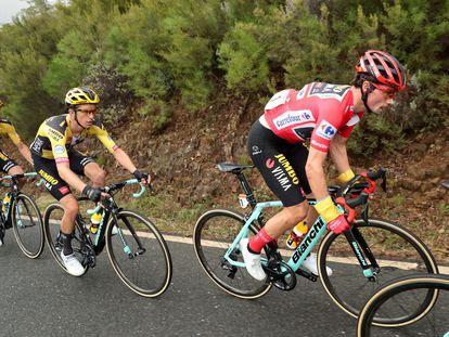 El ciclista esloveno del Jumbo Visma Primoz Roglic (derecha), este sábado durante la 16ª etapa de la Vuelta Ciclista a España.