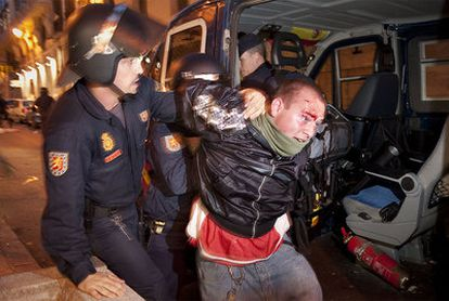 La marcha de Democracia Real Ya!, que el 15 de mayo reunió a más de 20.000 personas en Madrid, acabó con altercados que causaron siete heridos y 24 detenidos, acusados de desorden público y daños al mobiliario urbano.