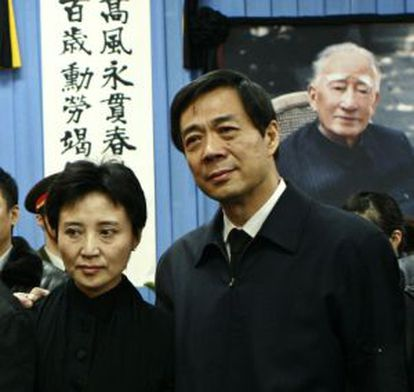 Gu Kailai posa con su esposo, Bo Xilai, en una imagen de archivo.