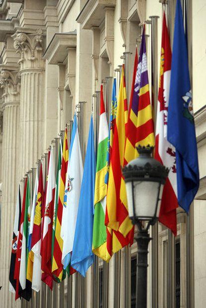 Las banderas de todas las comunidades autónomas presiden la entrada principal del Senado.