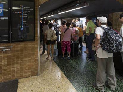 Pasajeros bloqueados en los pasillos de la estación del metro de Verdaguer