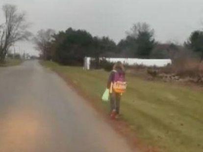 Un padre de Ohio cuelga un vídeo de su hija de 10 años andando hasta el colegio como escarmiento, tras hostigar a otros alumnos en la ruta escolar y ser expulsada tres días