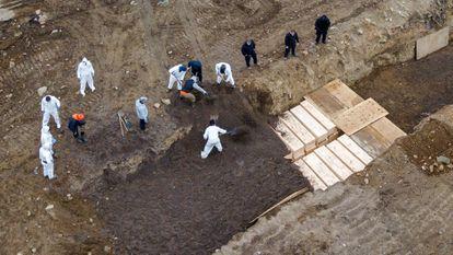 Inhumación de decenas de víctimas de coronavirus en la isla de Hart (Nueva York), en abril.