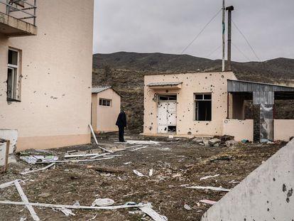 Un azerí inspecciona los restos de los combates en la escuela armenia de Magadhis (Nagorno-Karabaj).