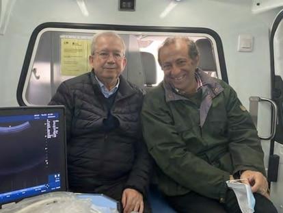 El doctor Ramos, a la izquierda, vocal de jubilados del Colegio Oficial de Médicos de Madrid, el pasado 27 de marzo en la Ambulancia Vida, junto a Jesús Poveda, promotor de la asociación antiabortista Escuela de Rescatadores y uno de los promotores de ese vehículo.