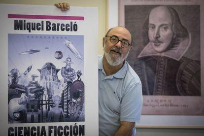 Miquel Barceló con una ampliación de la portada de su libro 'Ciencia ficción, nueva guía de lectura' , ayer en Barcelona.