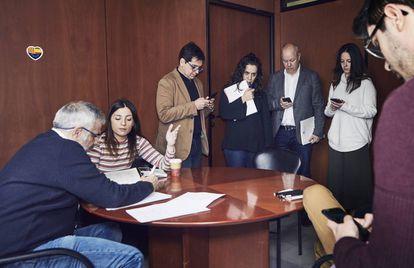 Reunión de diputados, asesores y periodistas del equipo de Arrimadas, en el Parlament de Cataluña.