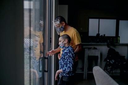 Patricio De Loza, junto a su padre, Felipe, en su casa en el municipio de Metepec, el 10 de marzo del 2021.