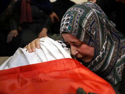 Una mujer llora la muerte de Muhammad Yunus Freijat (15 años), que murió durante los enfrentamientos con el Ejército israelí durante una protesta en la ciudad cisjordana de Hebrón, el pasado 16 de mayo.