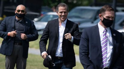 Hunter Biden (centro) camina por el jardín la Casa Blanca en Washington, el pasado mayo.