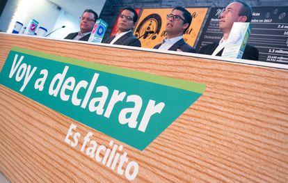 Osvaldo Santín Quiroz, director del Servicio de Administración Tributaria (SAT), con varios colaboradores.