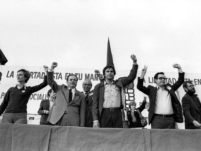 Felipe González, secretario general del PSOE, en el estadio Moscardó de Madrid, en mitin de apertura en la campaña de las primeras elecciones democráticas el 25 de mayo de 1977. Junto a él, Alonso Puerta (segundo por la derecha) y Javier Solana (primero derecha).