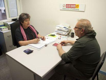 La asesora Pilar Puente, de la federación de industria de CC OO, atiende una consulta.