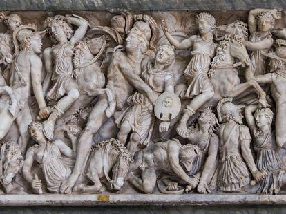 Escena de lucha entre griegos y amazonas con Aquiles y Pentesilea en el centro, en un sarcófago romano.