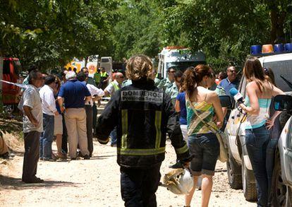Efectivos de la Guardia Civil, Bomberos y Protección Civil trabajan en la zona donde se ha registrado hoy una explosión en la pirotecnia Virgen de las Nieves de Benacazón (Sevilla), en la que cuatro operarios han fallecido y un quinto se encuentra muy grave.