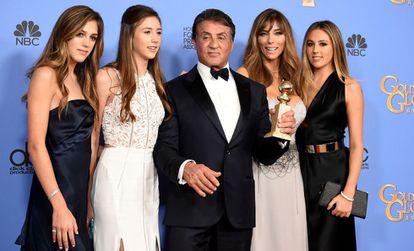 Sylvester Stallone posa junto a su mujer y sus hijas con su Globo de Oro en 2019.