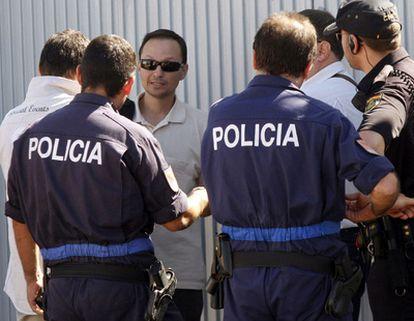 El padre de los niños desaparecidos, durante el registro de su casa.