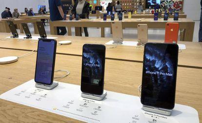 Varios modelos de iPhone en una tienda de Apple en Boston (EE UU).