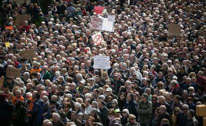 Miles de pensionistas se manifiestan en el centro de Barcelona por unas prestaciones dignas.