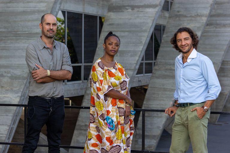 Los nuevos directores artísticos del MAM, Pablo Lafuente (izquierda) y Leyna Eleison, junto al director ejecutivo, Fábio Szwarcwald, en una fotografía difundida por el museo carioca.