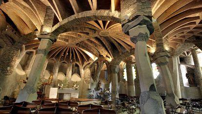 Interior de la cripta de la Colonia Güell de Santa Coloma de Cervelló.