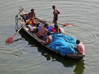 Un grupo de pescadores en el Ganges en la ciudad de Allahabad, en India.