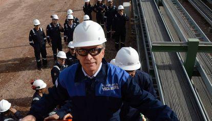El presidente argentino, Mauricio Macri, durante una visita a la compañía Tecpetrol en el yacimiento de  Vaca Muerta.