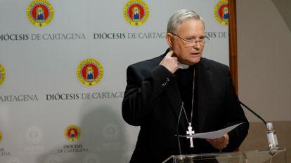 El obispo de la Diócesis de Cartagena, José Manuel Lorca Planes, durante un rueda de prensa en marzo de 2020.