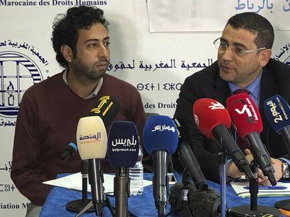 Omar Radi, a la izquierda, este jueves en la Asociación Marroquí de Derechos Humanos, en Rabat.