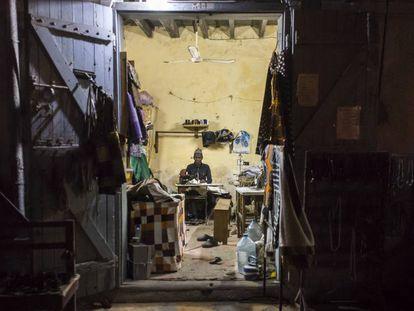 Uno de los sastres de Saint Louis le roba horas a la noche para adelantar en su trabajo.