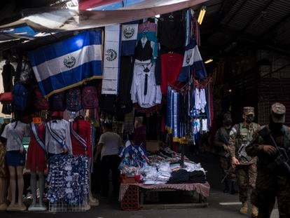 Militares circulan por las calles del centro de San Salvador.