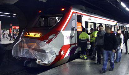 El tren de cercanías, con el morro ya tapado, en la estación del Clot de Barcelona.