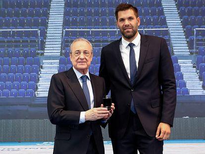 Felipe Reyes recibe la insignia de oro y brillantes del Real Madrid de manos de Florentino Pérez