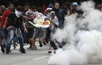 La policía reprime una manifestación este viernes.