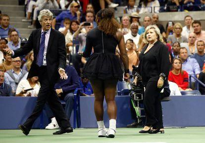 Serena Williams  junto a la supervisora del circuito femenino del US Open Donna Kelso y el juez Brian Early.