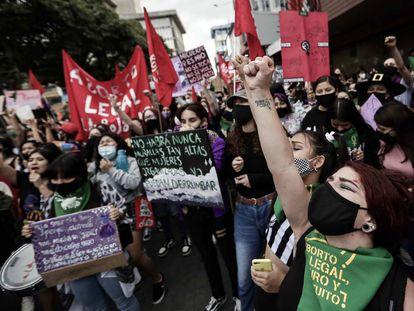 Mujeres en la marcha del 8 de marzo en San José, Costa Rica, como protesta contra los feminicidios, y a favor de los derechos igualitarios y del aborto legal, en el Día Internacional de la Mujer de este 2021.