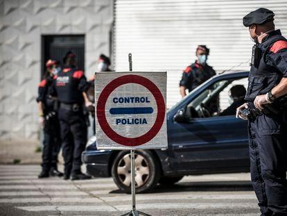 Control de los Mossos d'Esquadra en Girona para comprobar que los ciudadanos cumplen el confinamiento.