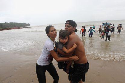 Migrantes venezolanos llegan a la costa en la playa Los Iros en Erin, Trinidad y Tobago, en noviembre de 2020.