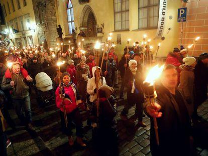 Simpatizantes de EKRE, durante la 'noche de las antorchas' en Tallin el 24 de febrero de 2019.
