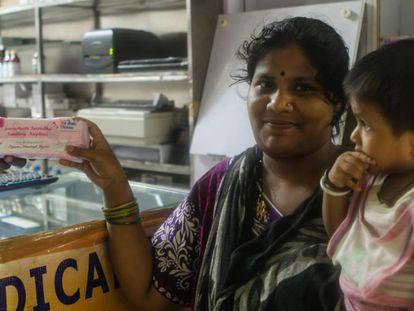 Una cliente posa con un paquete de las nuevas compresas Suvidha. Uno de los principales atractivos de esta marca es su bajo coste, entre 20 y 35 veces más barata que las normales; económicamente inaccesibles para el 70% de las mujeres indias.