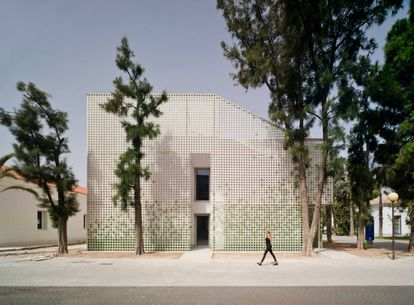 Exterior del edificio de Relaciones Internacionales en el Campus de la Universidad de Alicante.