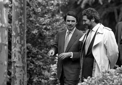 El expresidente del Gobierno José María Aznar (izquierda) conversa con el entonces secretario de Estado para la Comunicación, Miguel Ángel Rodríguez, en los jardines del Palacio de la Moncloa, en 1997.