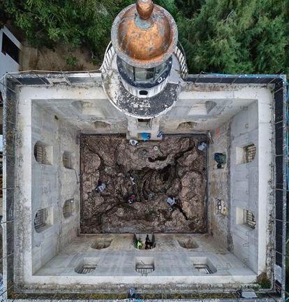 Labores de reacondicionamiento e instalación de la obra de Cristina Iglesias en la casa del faro de la isla de Santa Clara, en Donosti.