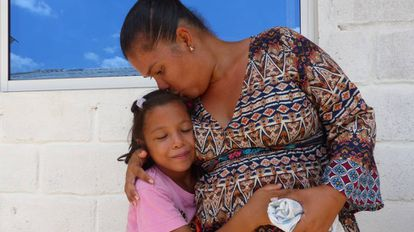 La migrante venezolana Miriam Brancho besa a su hija en un comedor social de Riohacha, en Colombia.