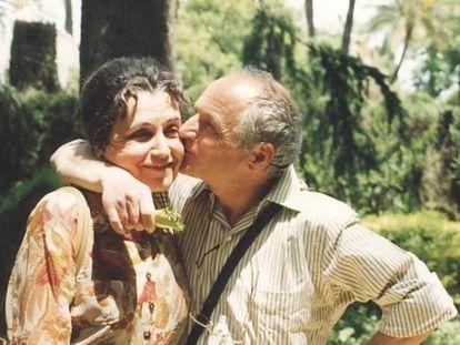 La difunta esposa de Antonio López, María Moreno, junto al pintor en 1994.