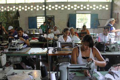 Trabajadores de un programa temporal de apoyo al ingreso en El Salvador.