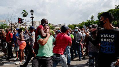 Un hombre es detenido con violencia durante una manifestación en Cuba, el pasado 11 de julio.